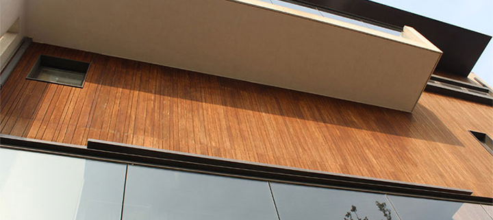 Mixing bamboo, glass and concrete in exterior design
