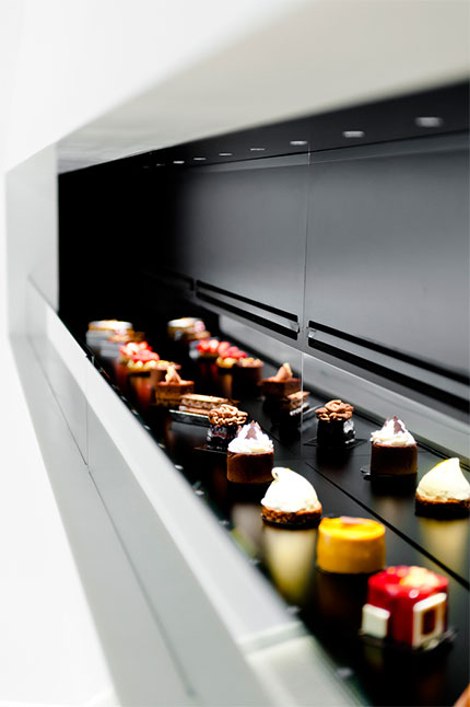 Dessert-Display-in-Cupcake-Store-Design