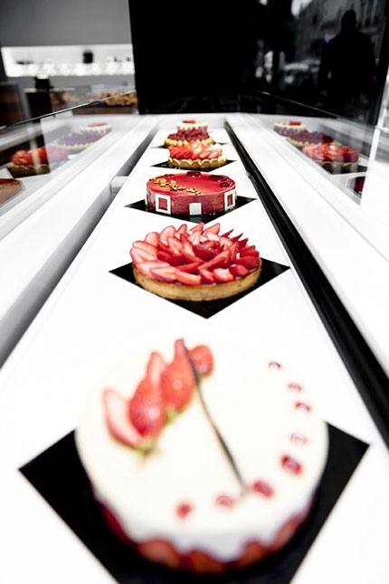 Modern-Display-in-Patisserie-Store-Design