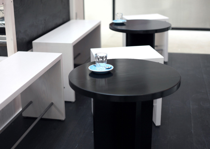 black-and-white-furniture-in-coffee-shop-design