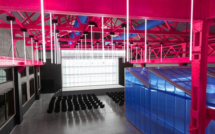 bright-colored-ceiling-in-interior-design