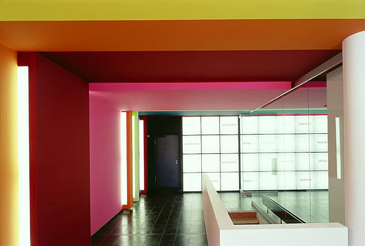 layering-of-bold-colors-in-office-design