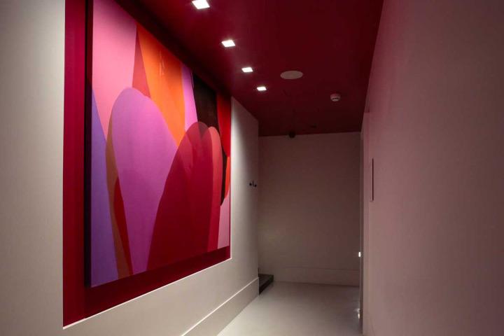 colorful-wall-treatment-in-hotel-interior-design