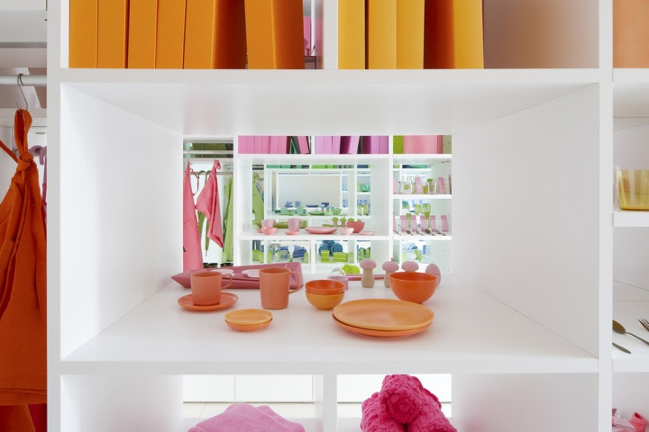 painted-shelves-in-store-design