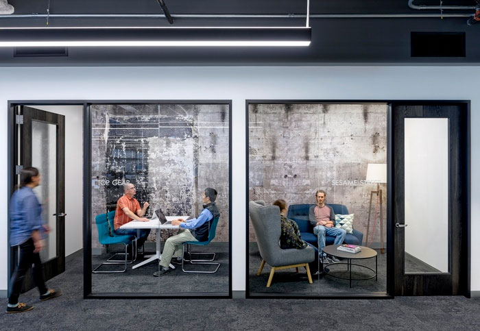 Meeting rooms with layered concrete walls