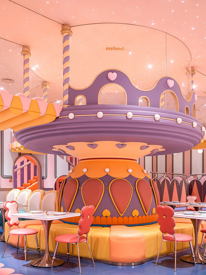 Columns resembling a carousel in kids' restaurant inetrior